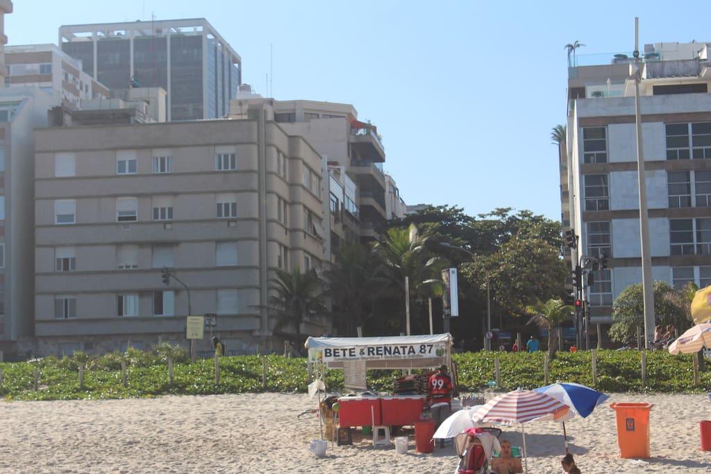 O prédio, construido em 1933, foi o primeiro da praia de Ipanema. Vinicius de Morais morou ali.