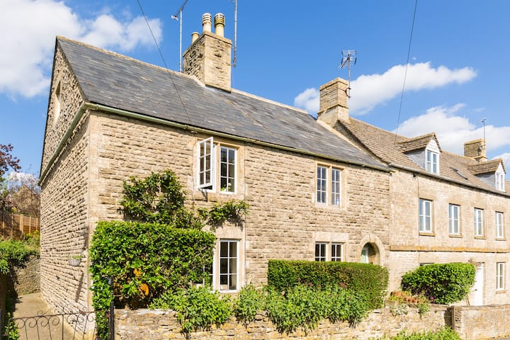 Cosy Cotswold Garden Cottage in The Coln Valley