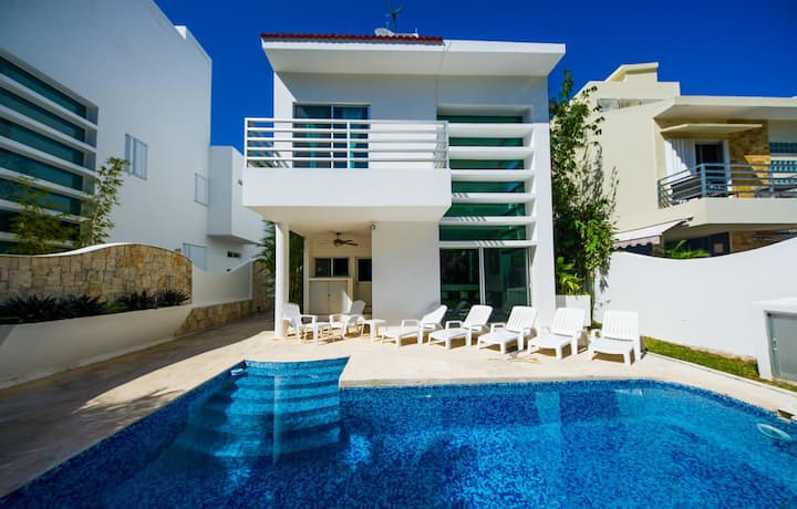 Private modern comfortable close to the beach!