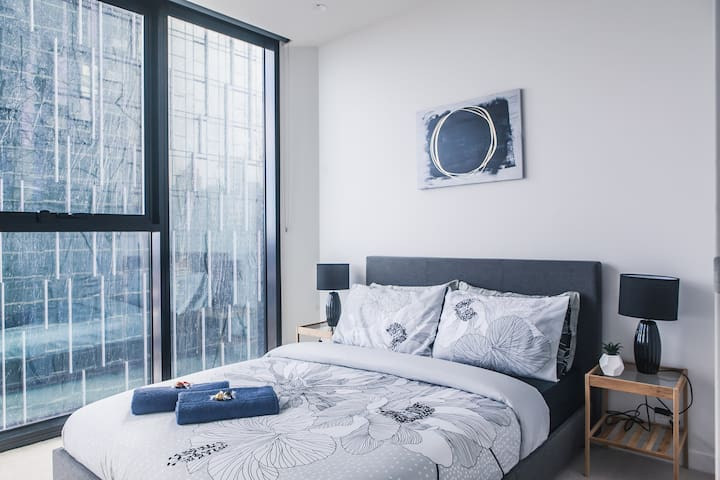 Stylish 1BR in Heart of Melb CBD *Views/Pool/Wifi*