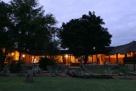 Adonsonia Lodge, Big 5 Reserve - Queen Room, B&B