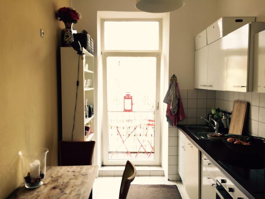 Küche mit Balkon in den Innenhof