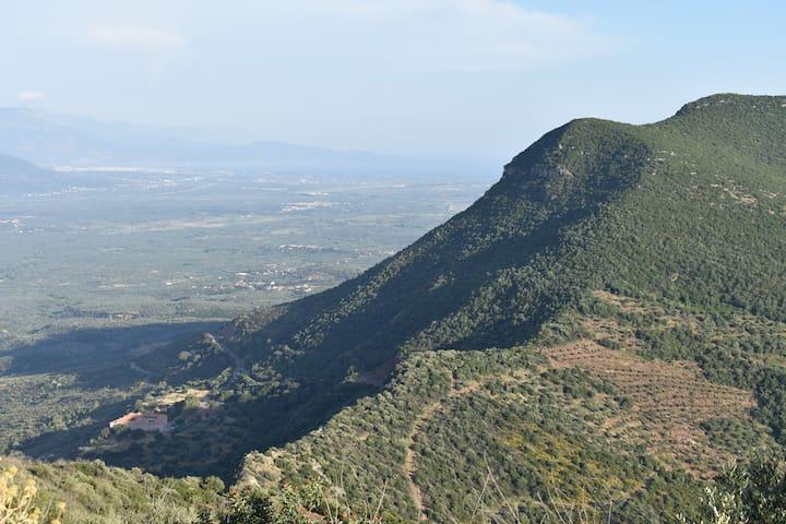 Από το βουνό Ιθώμη, το βουνό Βουλκάνο, η Ι. Μ. Βουλκάνου και η Καλαμάτα με την θάλασσα στο βάθος/ From mountain Ithomi, the mountain Vulcano, the monastery Vulcano and Kalamata with the sea