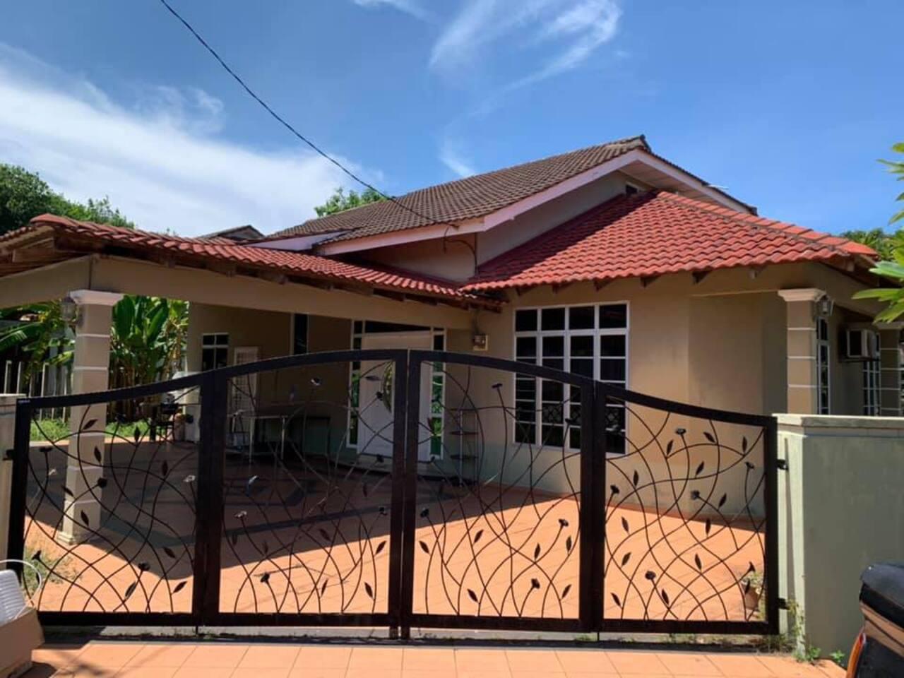 Rumah dua tingkat dengan tempat parking yang luas