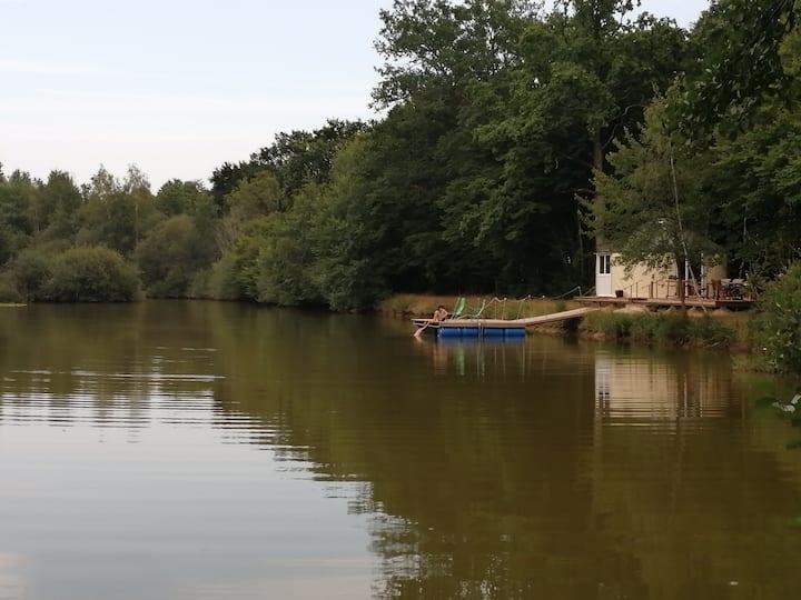 Yourte sur grande terrasse ponton pêche sur étang