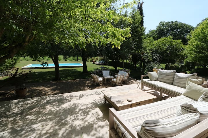 Peaceful house with pool and garden next to Aix