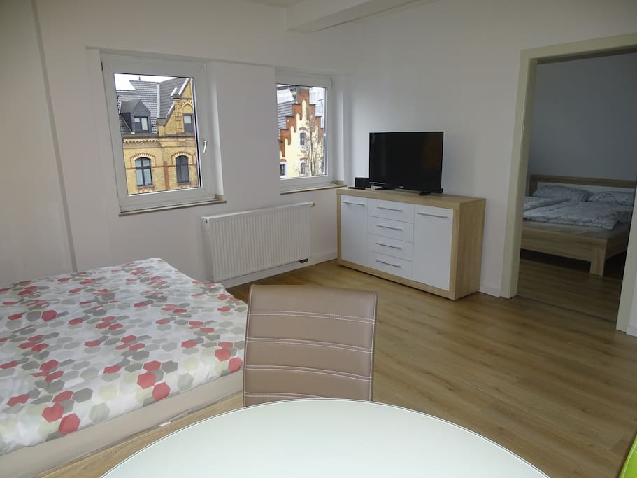 Wohn- und Schlafzimmer 1 mit Blick in Schlafzimmer 2 (Sleeping- and living room 1 with a view in sleeping room 2)
