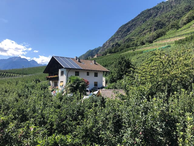 "Cosy apartment ""Topaz"" on a farm with Wi-Fi & Mountain View; Parking Available"