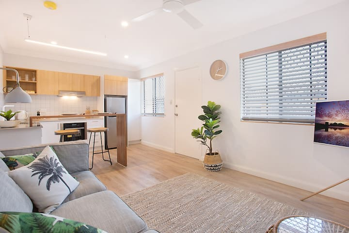 Beachside unit in mermaid Beach