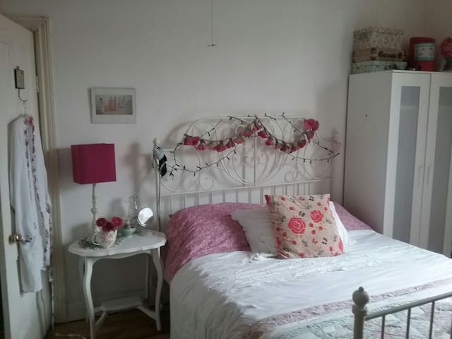 Double & private sitting room in quirky house/home - Leeds - Bed & Breakfast