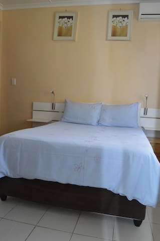Room 2 @ Iqhayiya Guest House - Durban South - Guesthouse