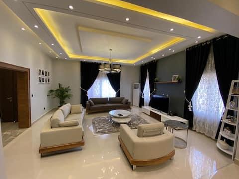 Luxusná vila so 4 spálňami +WiFi,DSTV, bazén,telocvičňa