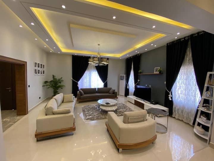 Luxury 4Bedroom House +WiFi,DSTV,Swimming Pool,Gym