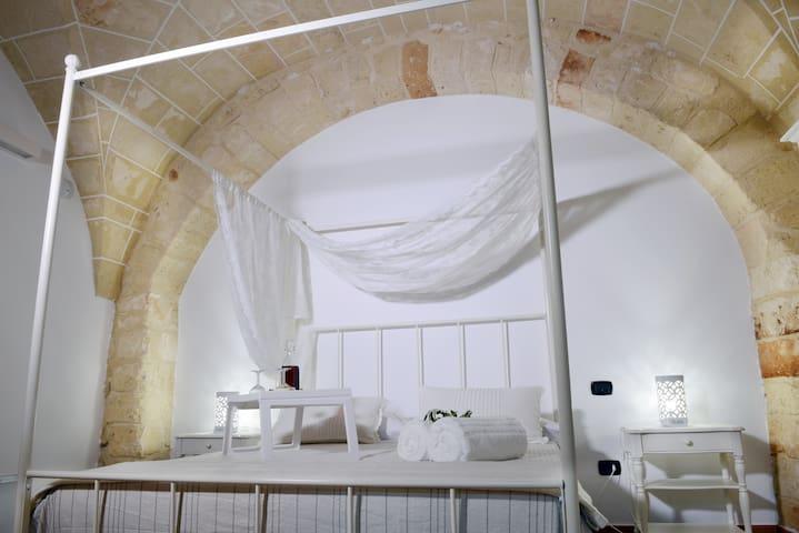 Incantevole e affascinante camera privata, in una dimora antica situata nel centro storico del borgo di Copertino.   Recentemente ristrutturata con gusto e sempicita' secondo la migliore tradizione salentina, la Suite Uno è composta da un letto matrimoniale a baldacchino