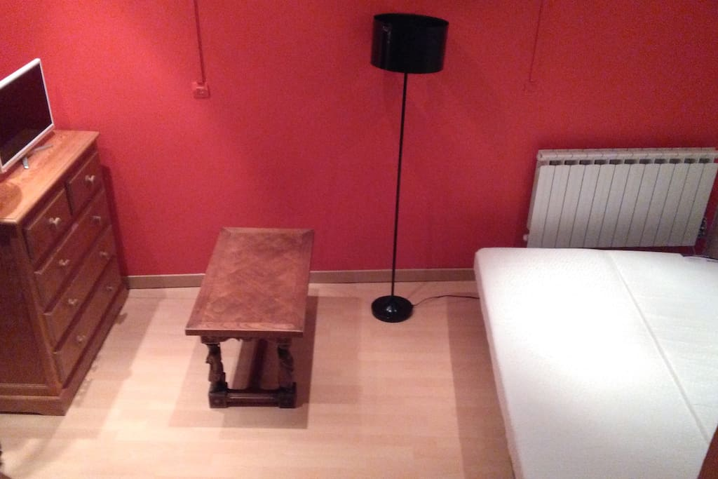 Petit salon de repos, télévision, clic-clac dunlopillo 28 g, 13 cm, rangements.