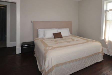 Spacious master suite - Georgina - Bed & Breakfast