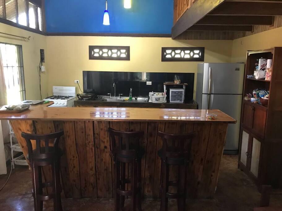Cocina equipada, con refrigeradora, cocina,platos, vasos y cubiertos, pichel para hervir agua, sartén eléctrico, coffeemaker.
