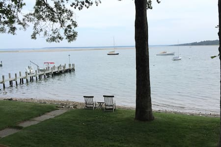 Waterfront 4 BR/2 BA cottage - Shelter Island - Haus