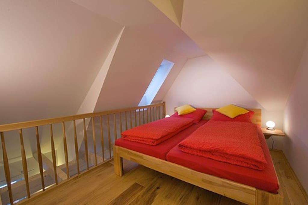 Doppelbett in der Schlafgalerie im Dachgeschoß