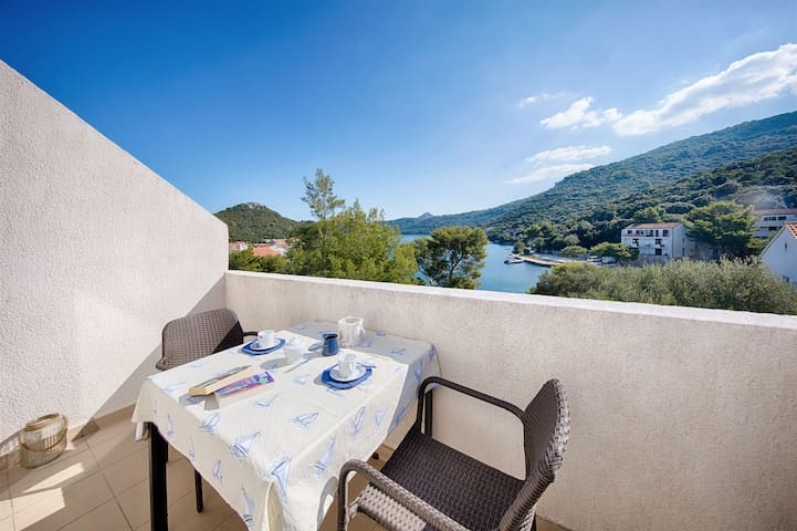 One bedroom Apartment, 50m from city center, beachfront in Pasadur - island Lastovo, Balcony