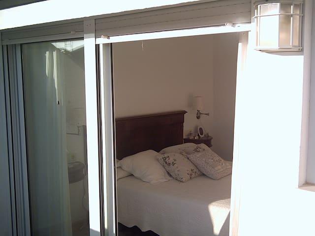 Habitación de Matrimonio en la Buhardilla , con baño incorporado.
