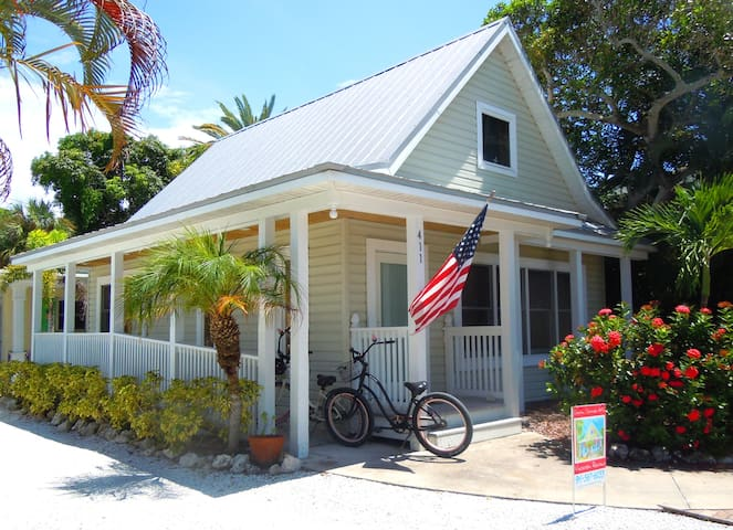 Adorable Pine Ave Cottage ❤️Walk to Beach and Bay!