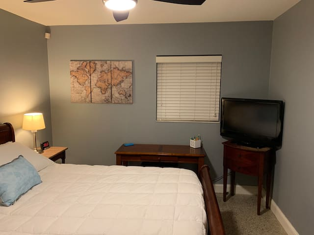 Private Room, Clean and Fresh. A table with stool for your laptop/iPad etc. TV with Amazon Firestick. Ceiling fan with remote. Alarm clock with battery backup and two USB chargers. Mini two door refrigerator/freezer.