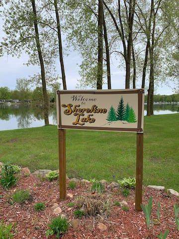 Lakefront Vacation Rental between Lansing & Flint