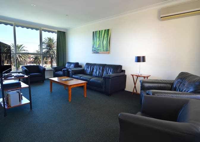 3 bedroom apartment -- 10ks to CBD&Airprot