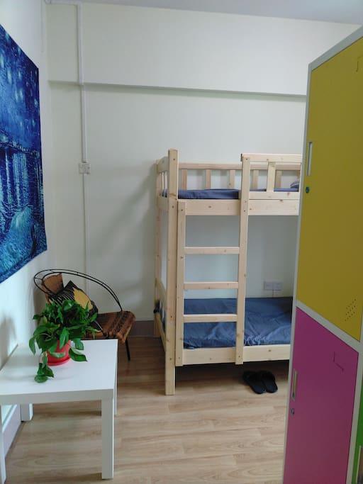 每个床位配有独立的带锁储物柜