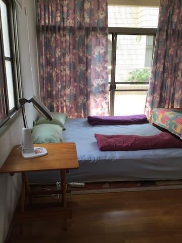 一大面落地窗,加上早上太陽曬進來的暖陽,非常舒適。QueenSize舒適加大雙人床鋪