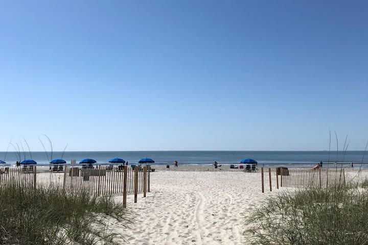 Beach Front Condo, PRIME LOCATION, STEPS TO BEACH!