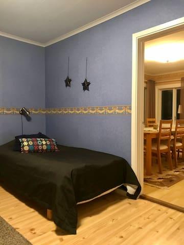 Enkelsäng (105 cm) i sovrummet på nedervåningen.