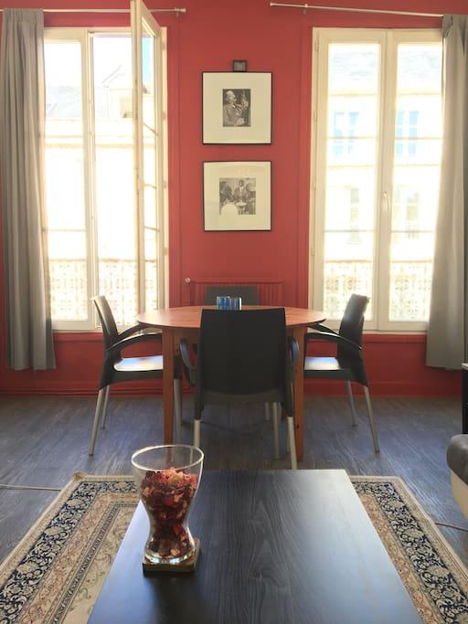 Le salon avec ses deux grandes fenêtres donnant sur la rue Saint Pierre