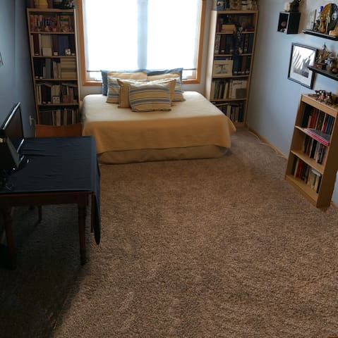 Spacious Bedroom w/Private Bathroom - Ankeny - Huis