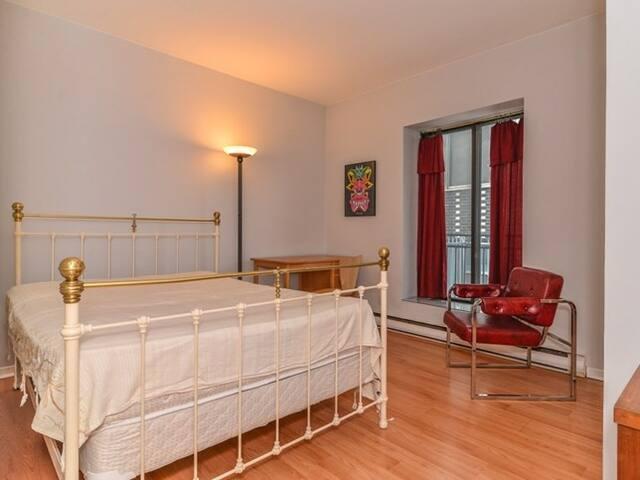 Room A - Chambre A