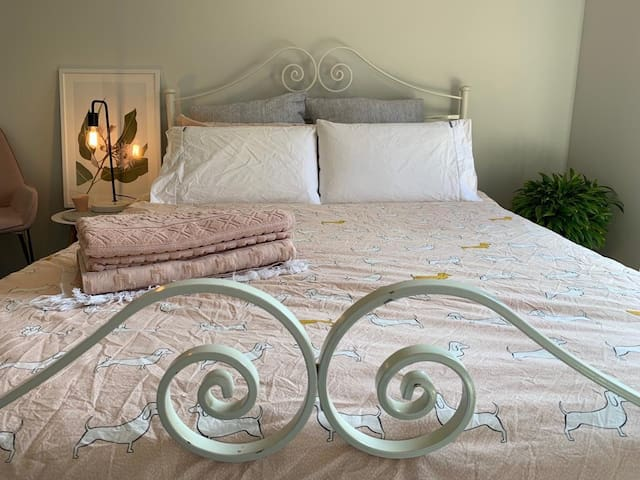 Quiet room in ideal location near city and airport