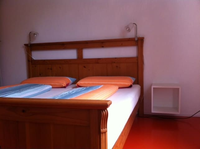 schlafzimmer ferienwohnung falterweg immenstaad