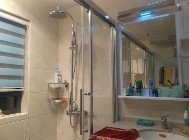Washroom with 24h hot water & various wash supplies 24小时热水各种洗漱用品供应