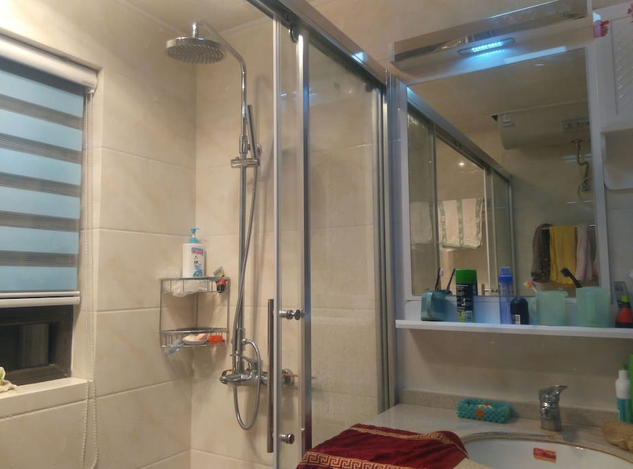 Washroom with 24h hot water & various wash supplies 24小时热水各种洗漱用品供应