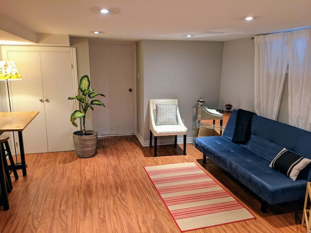 *Chic Apt on Danforth, Parking/3min Walk to Subway
