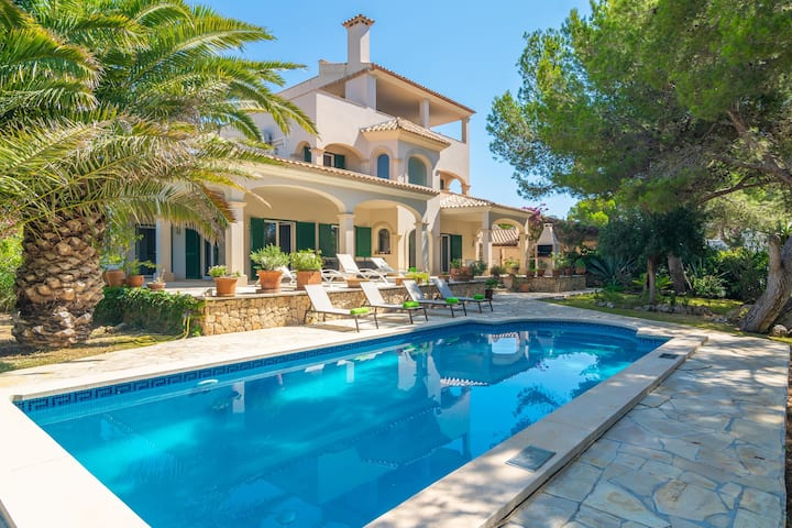 CAN CAMELIA - Fantastic villa with private pool on the coast, 800 m from the beach of Cala D'Or. Free WiFi.