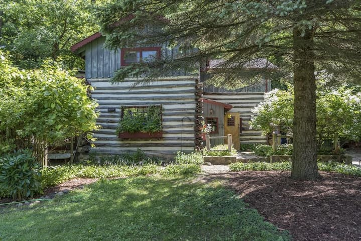 Log Cabin in the Woods near Erin Hills Golf - Hartford - Chalet