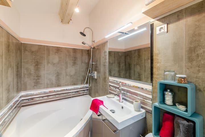 grande baignoire d'angle pour une ambiance cosy