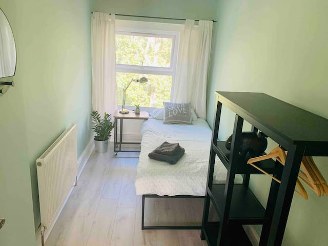 Single Bedroom overlooking Botanical Gardens