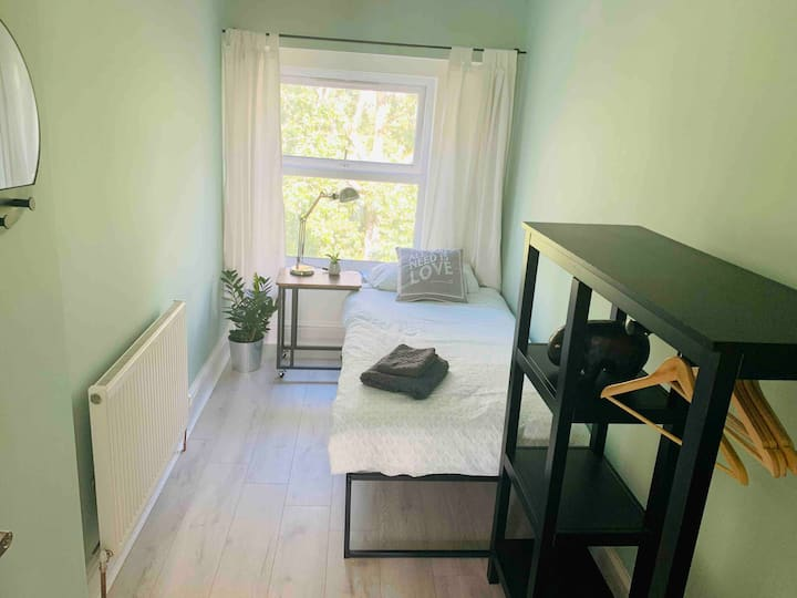 Single Bedroom overlooking Botanical Gardens