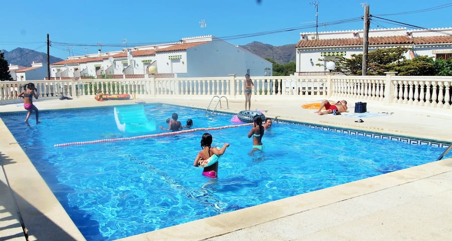 Blue Holidays; Rosas vues & swiming-pool