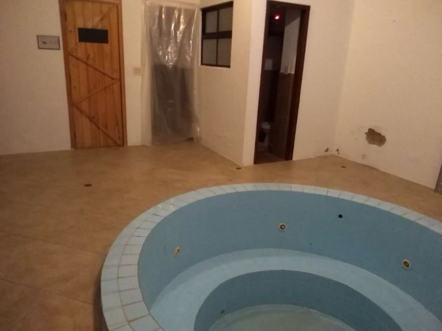 Área húmeda con Jacuzzi, baño, sauna y turco.