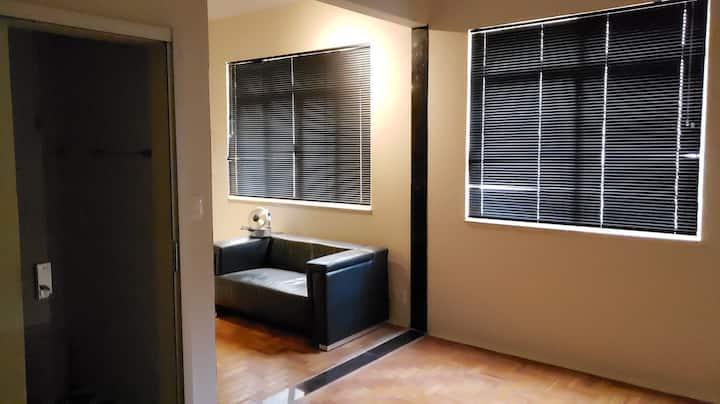 Apto  1 qto sala e cozinha , muito espaçoso / 1103