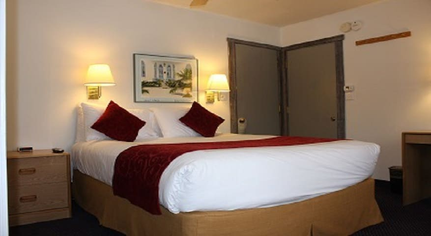 St Moritz Lodge- Standard Room / Queen Bed